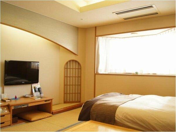 【本館】シングルベッド和洋室/畳の空間には木の温かさや和の意匠があふれ、ゆったりとお寛ぎ頂けます。