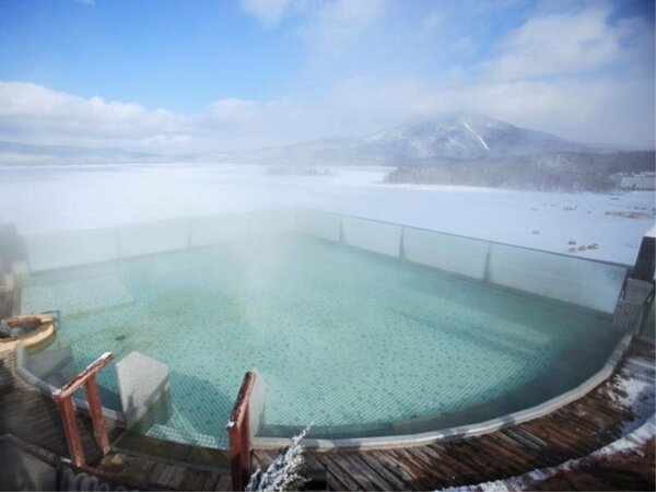 ◆空中露天風呂「天女の湯」(冬)/結氷した阿寒湖が美しく輝いてとっても綺麗!