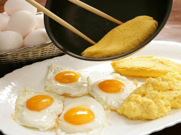 朝食バイキングでは卵料理の実演あり!【1F「ラ・ベランダ」】※他会場では実演はありません。