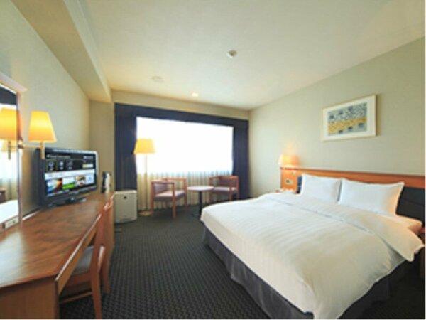 ダブルルーム(23)ベッドにはシモンズ社製デュベを採用。液晶TV完備。ユニットバス