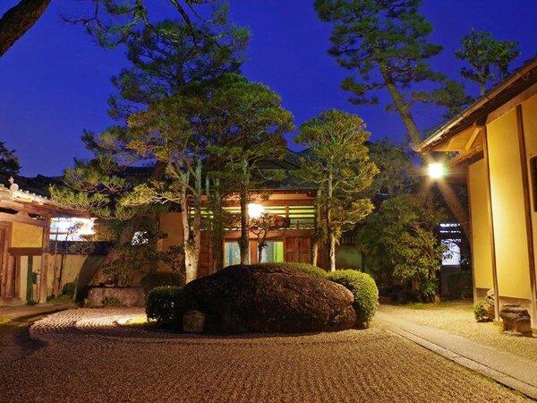 前庭には石棺や徳川家に由来する門がございます。