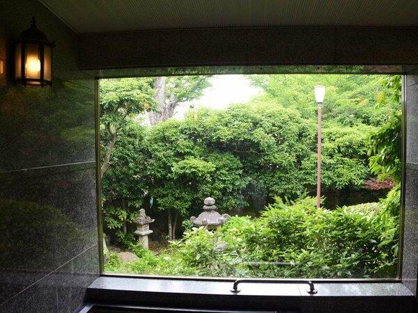≪女湯≫庭園を眺めながらの高野まきの浴場は、肌あたりがとてもよくゆったりとした気分にひたれます。。