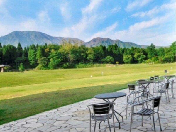 ロビー前からの阿蘇山の景色、手前はグラウンド・ゴルフ場
