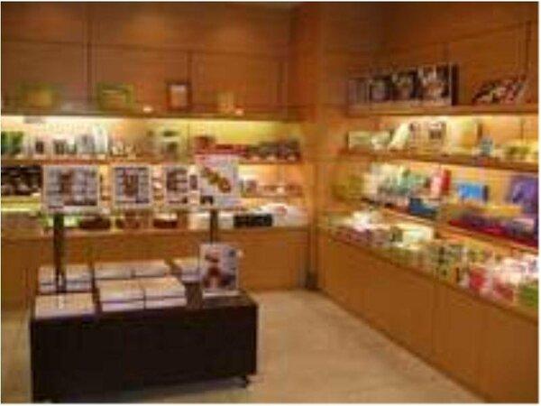 ロビーにある、売店。鳥取のお土産はもちろん、民芸品も取り扱っております。