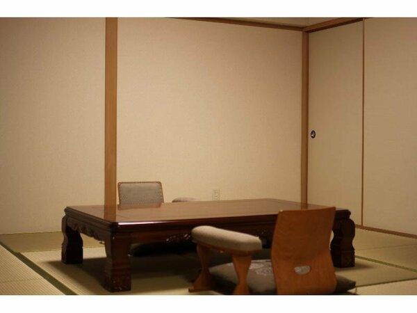 ゆったりとした間取りの和室。37平米で4名様までご利用可能。