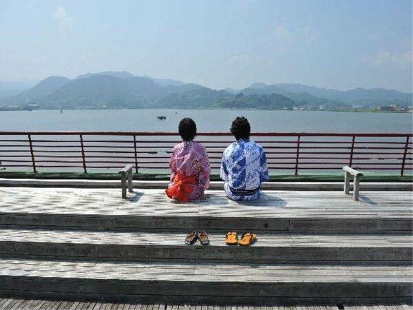 足湯!東郷湖に浮かんでいるかのような開放感!