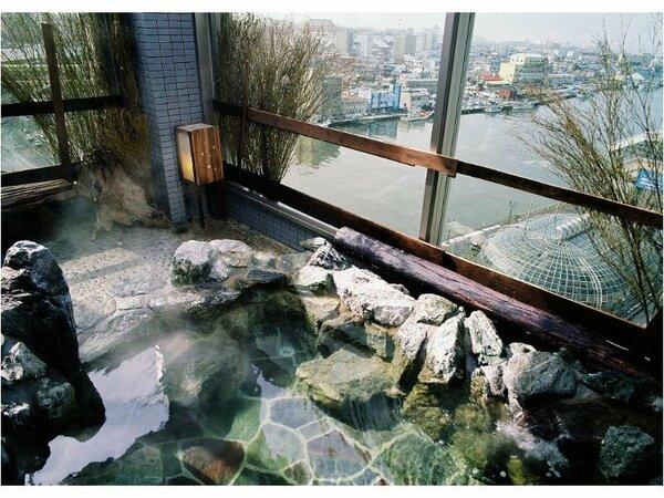 【大浴場】『男性露天風呂』最上階より眼下の幣舞橋と釧路市内を一望できます♪