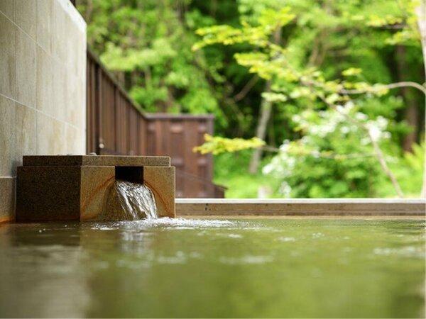 【迎賓館 猫魔離宮】露天風呂は、自然豊かな風景が広がります。 時間とともに異なる空の色を愉しめます。