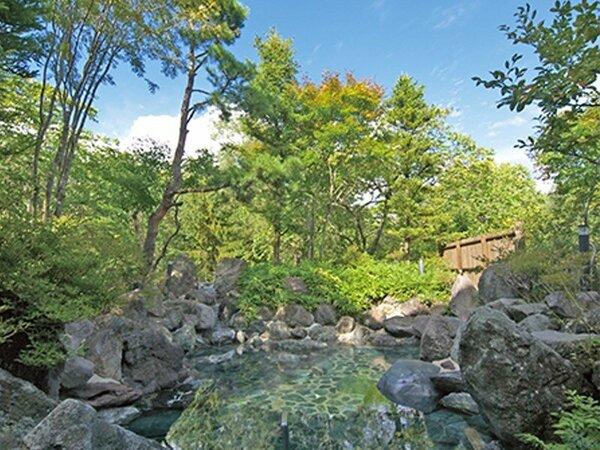 【自家源泉露天風呂】自慢の露天風呂は磐梯山噴火時の岩石を利用。季節に応じて素晴らしい雰囲気を堪能。