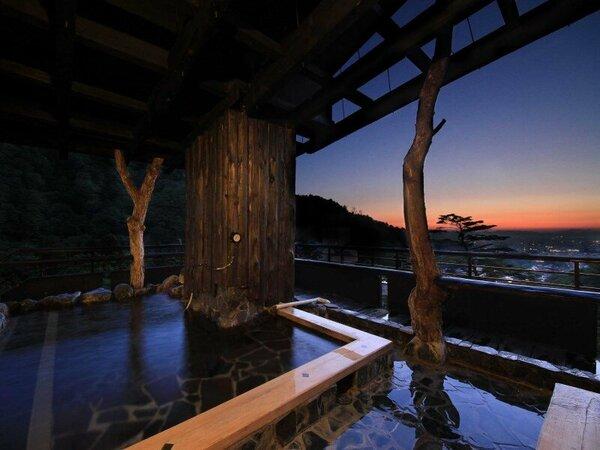 【遊月の湯】最上階・展望露天風呂 会津若松市街地を一望できる。