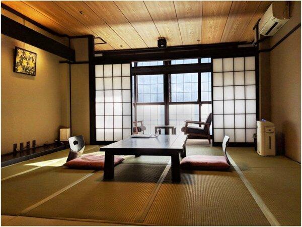 【古民家風の造り 温かみある温泉街眺望の客室】10~12畳の和室。黒を基調とした古民家風のお部屋。