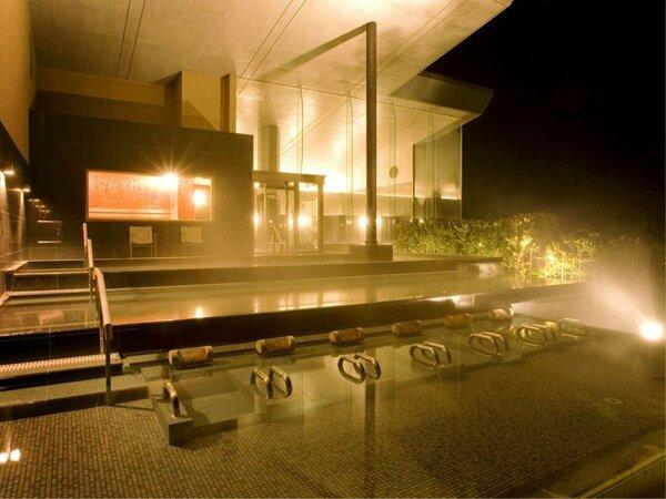 「棚雲の湯」は棚田状に並ぶ浴槽から城下町を一望。朝5時から男女入替。