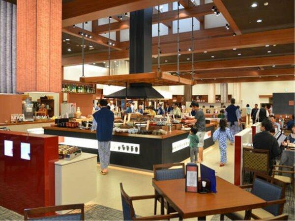 バイキングレストランの中央の囲炉裏(いろり)コーナーには美味しい会津のスイーツも!