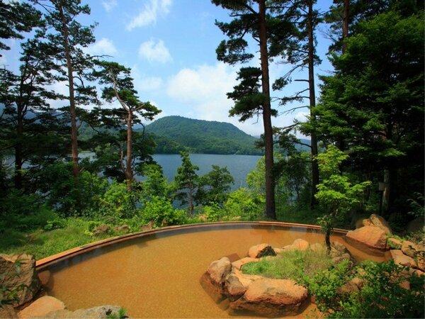裏磐梯レイクリゾートの露天風呂は茶褐色でお肌に良い成分があります。