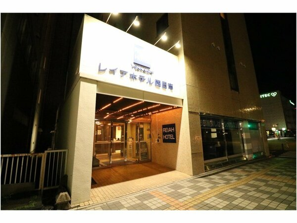□当館入り口夜間の雰囲気です♪