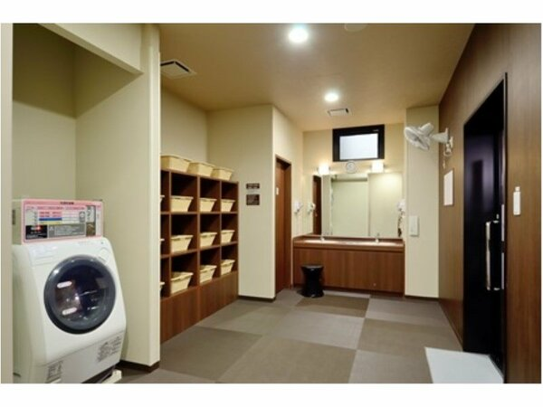 清潔感ある脱衣所にはコインランドリーも完備しており、長期のご宿泊にも最適!