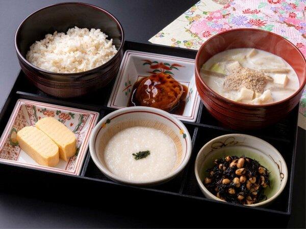 からだに美味しい日替わり和定食。日替わりの3種類のお惣菜で、朝からボリュームたっぷり!