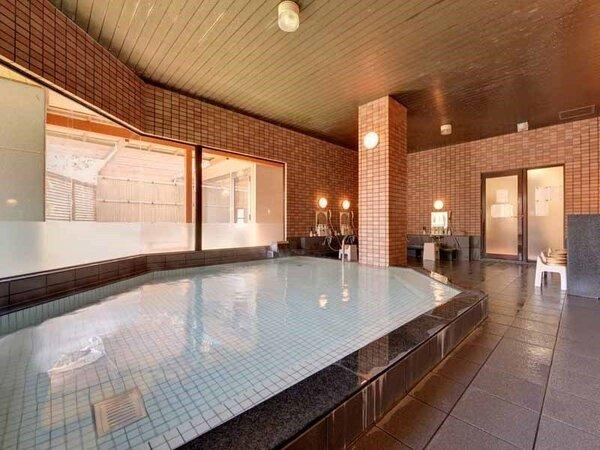 *大浴場/ほんのり薫る硫黄の香りも天然温泉だからこそ。優しい湯触りに心癒されるひと時を。