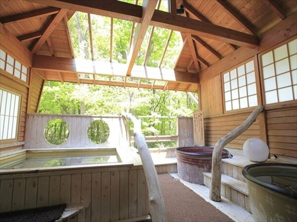 【大浴場 露天風呂(夏)】寝湯に浸かりながら緑の濃い森をお楽しみ下さい