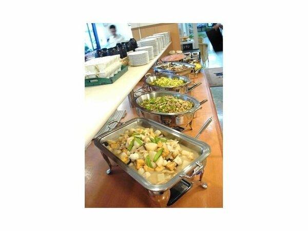ある日の朝食メニューは日替わりです。さまざまなスタイルに合った温かい料理を提供いたします。