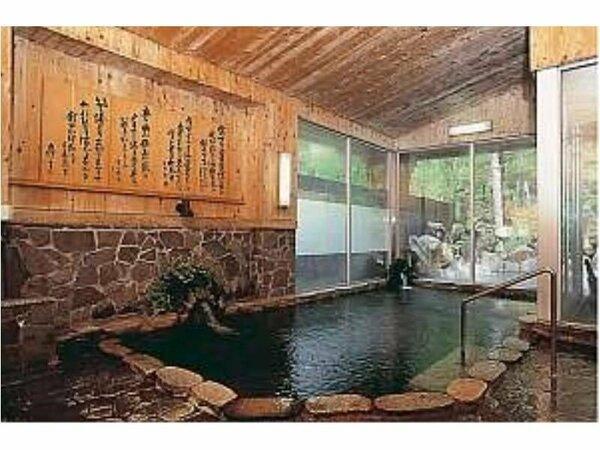 湯量も豊富な源泉かけ流し100%の内湯。上高地で温泉を