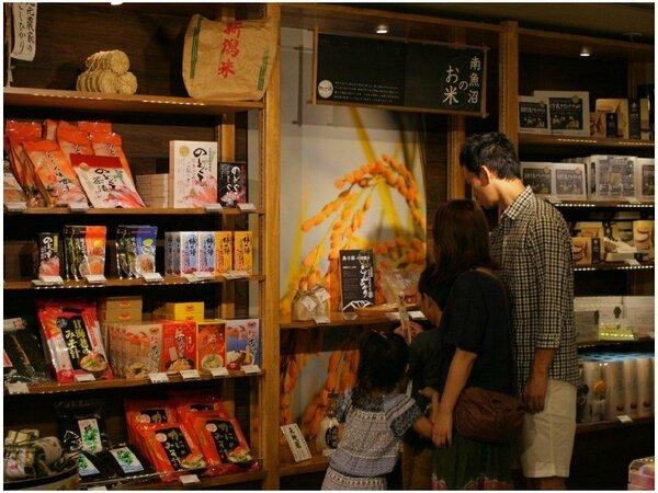 厳選した新潟のお菓子や、地酒の販売もあります。