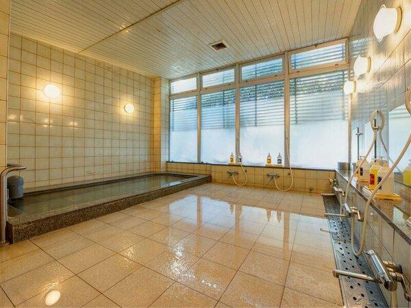 *男性大浴場/大きな湯船は足を思いっきり伸ばしても余裕の広さ♪