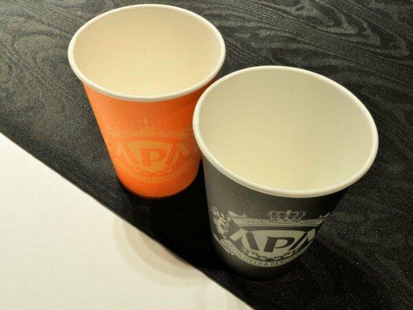 【アパラップドカップ】アパホテルのカラーにちなんだ紙コップを客室にご用意しております。