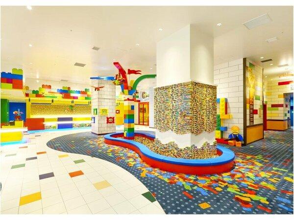 【レゴランド(R)・ジャパン・ホテル】 エントランスにあるレゴブロックがいっぱいのプレイエリア