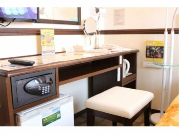 【客室設備】全客室、デスク周りにポットや冷蔵庫等がコンパクトかつ機能的に設置されています。