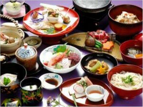 お料理の一例です。当館では、お料理に地元の名産品「輪島塗」を使用しております。