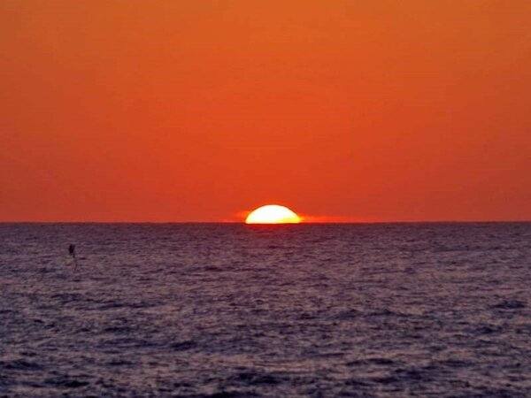 *当館前の海岸は、日本100名選に選ばれた屈指の夕日スポット。お天気が良い日は秋~冬がおススメ。
