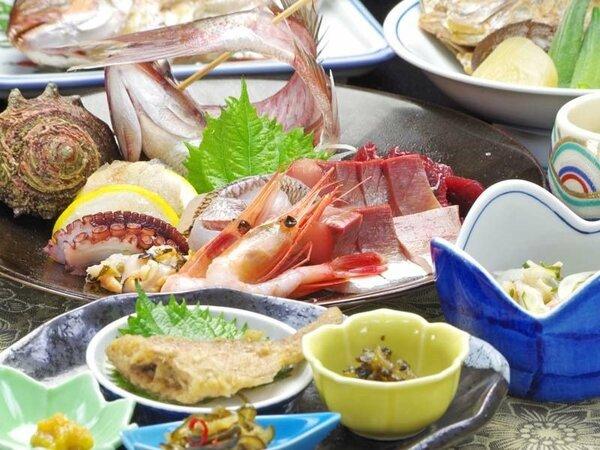 *獲れたての新鮮魚介の造り、その他能登の海の幸がふんだんに並びます。