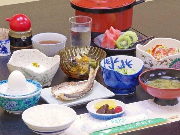 *旬の魚を使った干物。地野菜サラダ、からし豆腐など、郷土料理を意識した和定食をご用意。