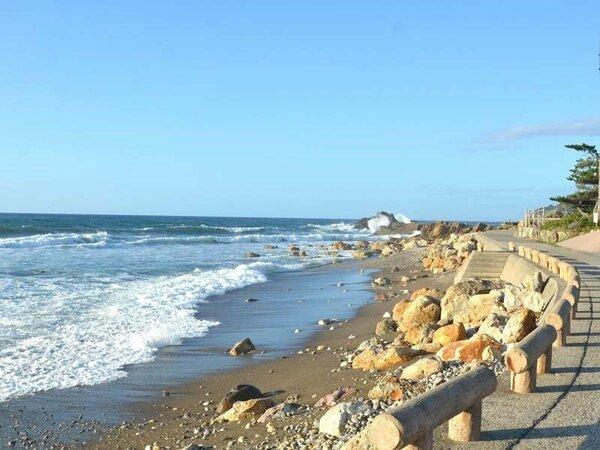 *当館前の海岸。浪打際まで遊歩道があり、楽しめます。