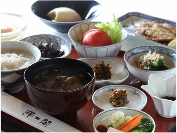 朝食は麦粥、朝市の干物、川島のざる豆腐など胃腸に優しいメニューとなっております。
