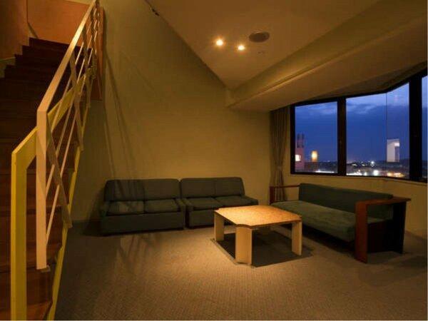 70平米のジュニアスイートルーム メゾネットタイプの1階部分にリビングスペース、2階にベッドルーム