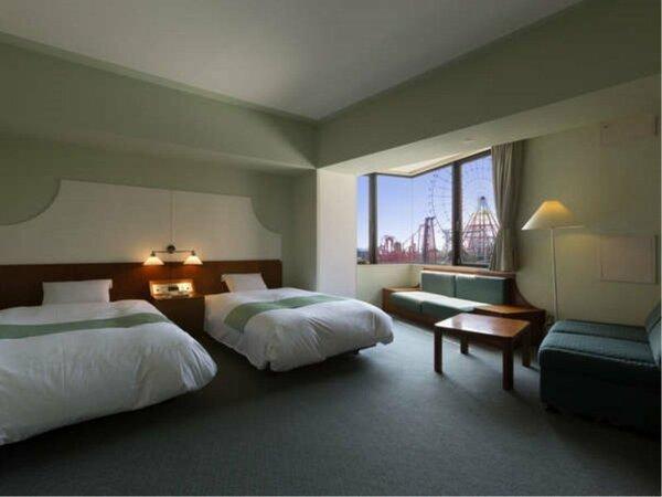 32の広々スタンダードツイン 窓から遊園地のアトラクションを一望できる客室有(客室一例)