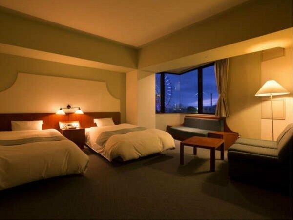 32平米の広々スタンダードツイン 窓から遊園地のアトラクションを一望できる客室有(客室一例)