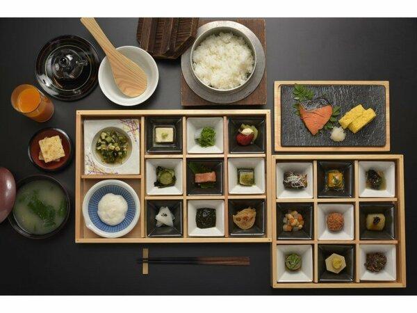 菜の花の芥子和え、里芋柚子味噌掛けや魚ロッケなど、地元の味が満載。