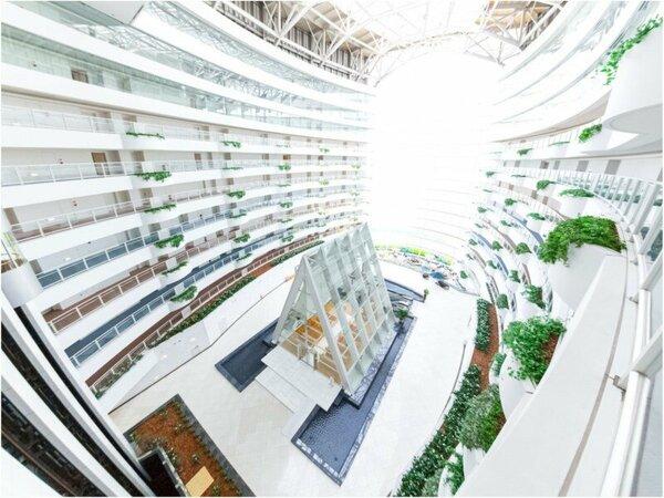 地上60mから光が降り注ぐ当ホテル自慢の巨大アトリウム