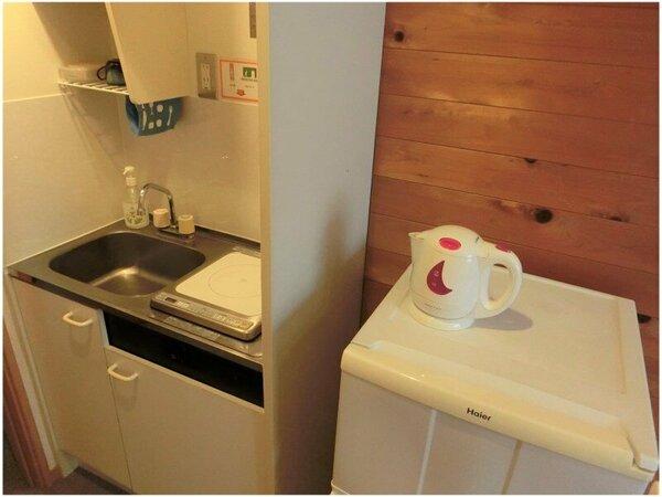 ミニキッチンIHクッキングヒーター・電気ポット・冷蔵庫・マグカップがございます