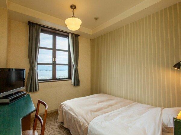 グラツィエ棟 【シングルルーム】はベット幅140cm。ダブル利用も可能です
