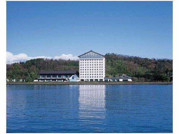 びわ湖から見たホテル