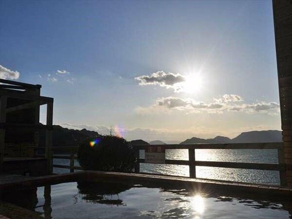 露天風呂からの眺め。瀬戸内海を行きかう船が疲れを癒してくれる。