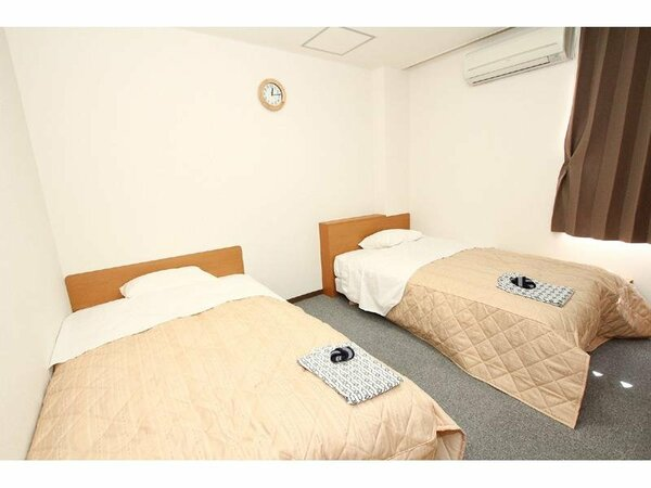 ツイン(バス・トイレ付)の一例です。シーリー社のベッドを採用しております。ごゆっくりお休みください♪