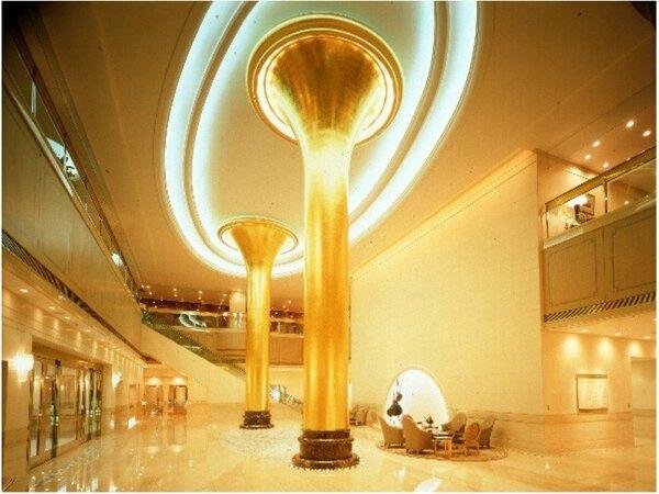 浜松は音楽の街★トランペットを模した金色の柱が特徴的なロビー