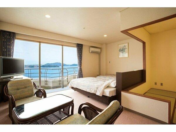 全室レイクビューの客室。6畳+ツイン、リビングスペースもありゆったりできます。