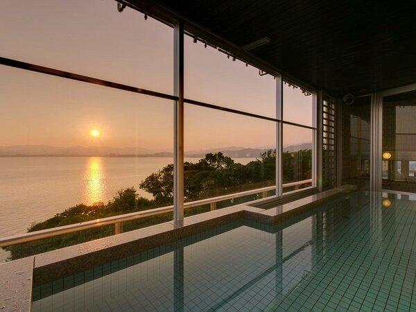 露天風呂付展望大浴場から見る浜名湖対岸に沈む夕日(※7月に撮影。男女時間入替制です。)