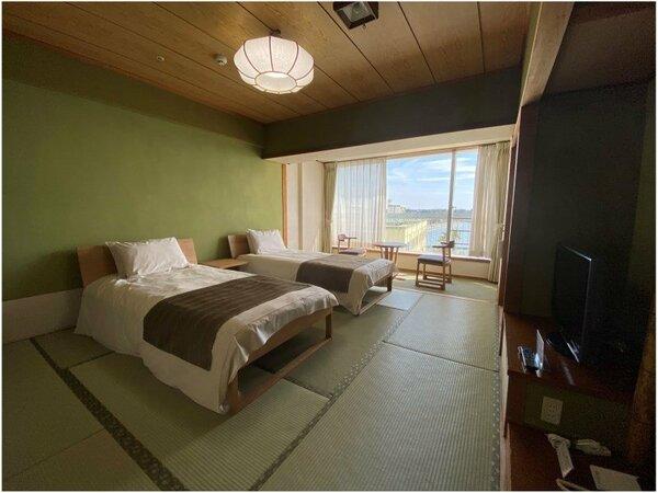 10畳和室にベッドを組込んだ和ベッドタイプの客室。